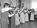 Выступает ансамбль юных скрипачей. Фото: Ольга БОНДАРЕНКО