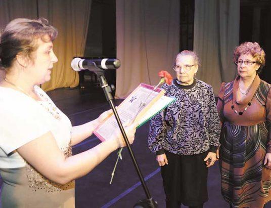 Родственники участников войны получают копии наградных листов. ФОТО: ЕВГЕНИЙ КРЕХАНОВ
