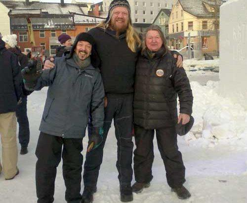 Рашид Сагадеев в компании «снежных» скульпторов. Фото: artsaga.ru