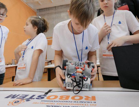дети занимаются робототехникой