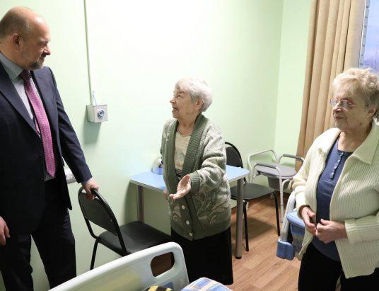 губернатор Игорь Орлов и пациентки