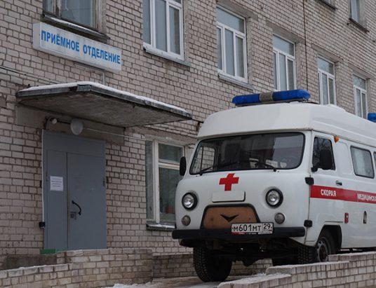 Машина скорой помощи у приемного отделения