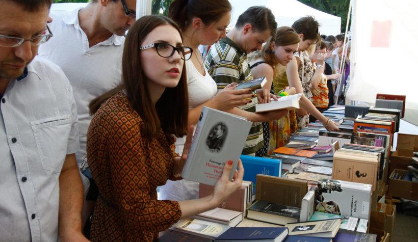 книжная ярмарка_книги_литература_студенты_чтение