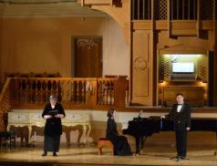 Художественные пятницы. На сцене музыковед Елена Плешкова и солист филармонии Игорь Перфильев.