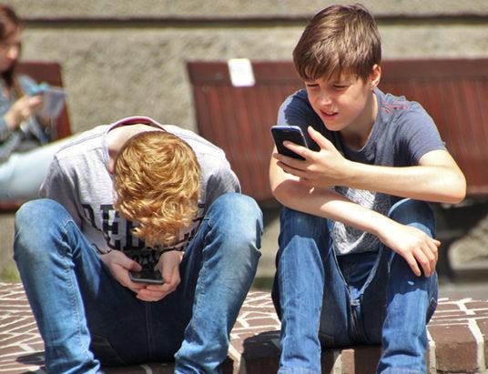 подростки_телефоны