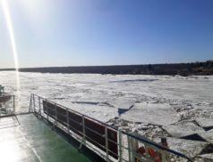 Мурманский и Никольский рукава Северной Двины очищают от льда ледоколы Росморпорта