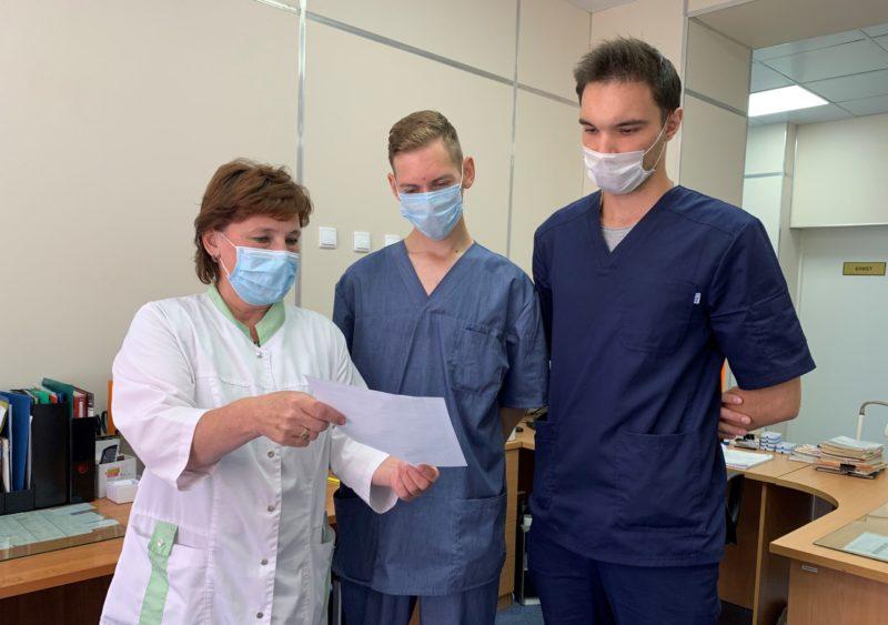 Старшая медсестра отделения кардиологии Елена Рожина очень довольна работой студентов Дмитрия Гаврилова и Артема Ларионова